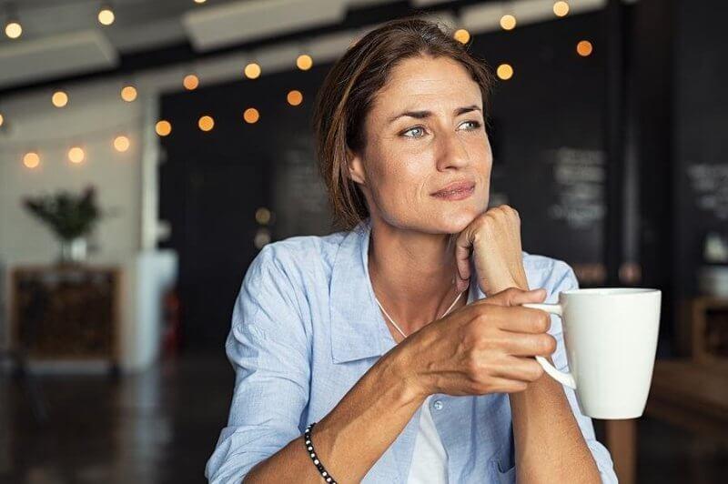 mujer bebiendo té